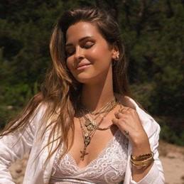 mooie vrouw met sieraden