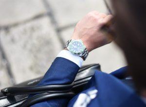 kledingtips voor de man. Man in pak met horloge