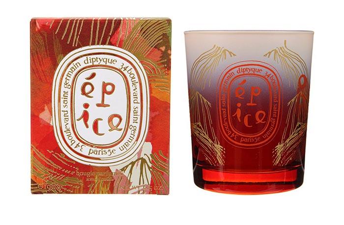 Diptyque kaarsen voor in huis: ga voor Épice, Résine of Hiver met de feestdagen. Laat je inspireren door deze Diptyque kaarsen voor de feestdagen.
