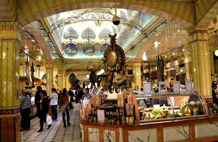 Shoppen in Londen in warenhuis Harrods. Lees hier alles over shoppen in Londen in het warenhuis Harrods. Een echte shopping experience ervaar je hier.