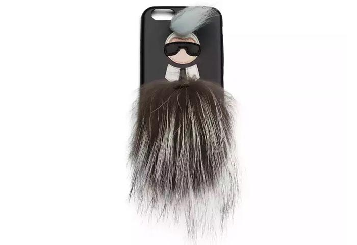 Karlito iPhone hoesje van Fendi. Karl Lagerfeld ontwerpt iPhone 6 case voor Fendi pre fall 2015 collectie. De Karlito limited edition iPhone case.