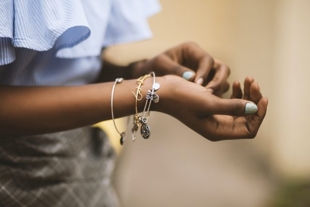 vrouw met sieraden
