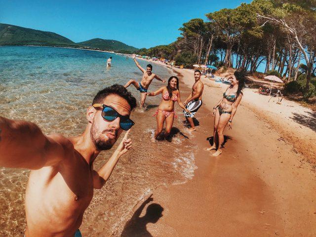 groep vrienden op het strand